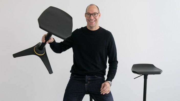 Designer Tobias Caratiola bei der Firma Aeris in Haar mit Stuhl/Stühlen für den er einen Preis gewonnen hat.
