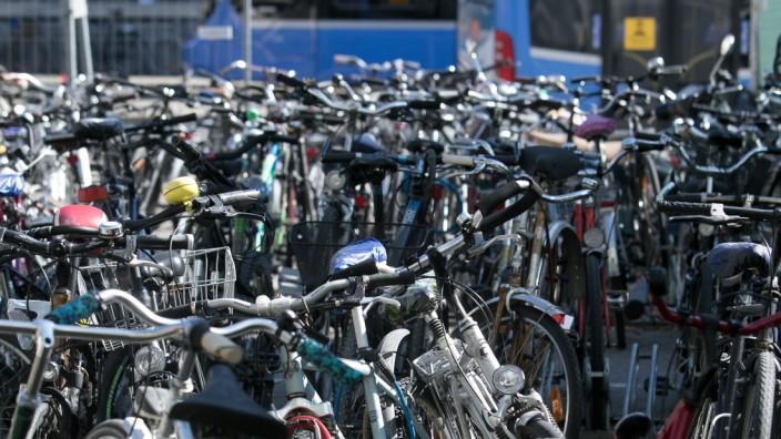 Geparkte Fahrräder am Hauptbahnhof in München, 2020