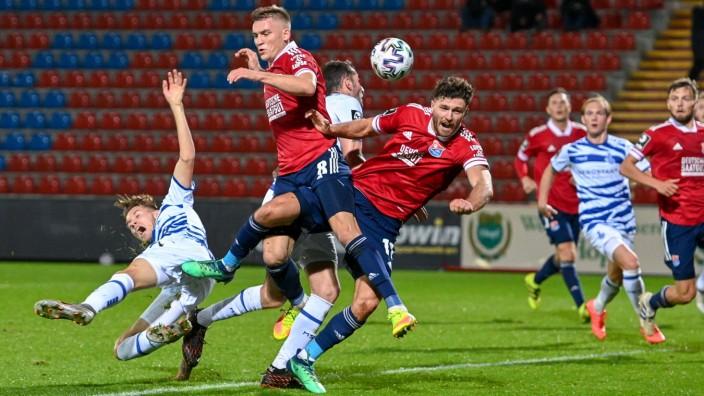 Strafraumszene: v.li.: Maximilian Jansen (Duisburg, 21) Max Dombrowka (Unterhaching, 8) Patrick Hasenhüttl (Unterhaching; Fußball