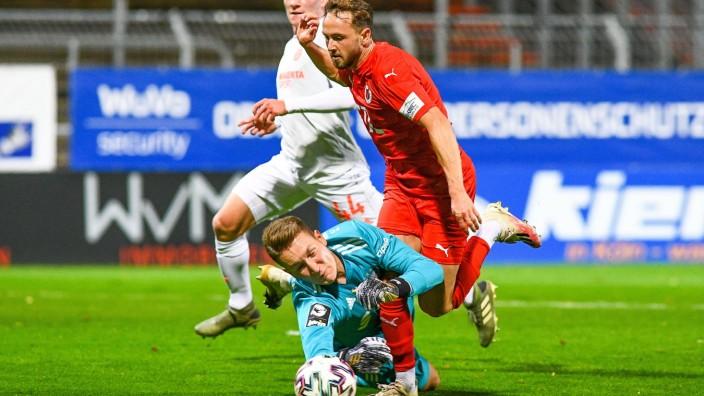 v.li.: Ron Thorben Hoffmann (Torwart FCB II, 1), Lucas Cueto (Viktoria Köln, 11), Zweikampf, Duell, duel, tackle, tackl