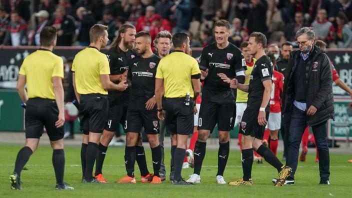 3. Liga - 1. FC Kaiserslautern - FC Ingolstadt 04 - Nachn dem Spiel Diskussion mit dem Schiedsrichter Stefan Kutschke (