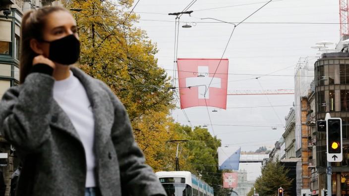 Foto Manuel Geisser 15.10.2020 Zürich : Jugendliche mit Schutzmaske an der Bahnhofstrasse Zürich *** Photo Manuel Geisse
