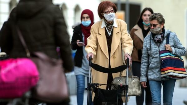 FREISING: Passanten tragen Mundschutz / Maske in der Unteren Hauptstrasse / Historische Altstadt / Zentrum / Fussgängerzone