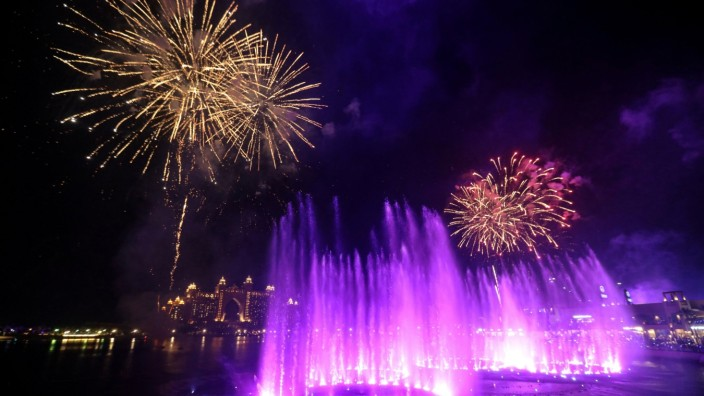 Attempt to break the Guinness World Record for the world's largest fountain in Dubai