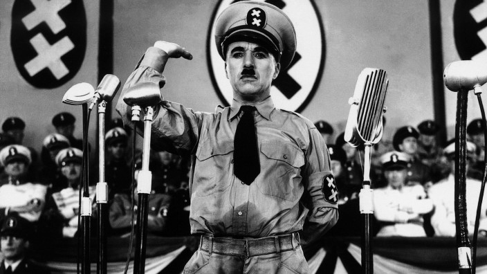 Charles Chaplin Characters: Hynkel - Dictator of Tomania / A Jewish Barber Film: The Great Dictator (1940) Director: Cha