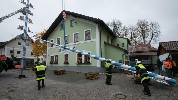 Die Berufsfeuerwehr München baut den Maibaum beim Gasthof Hofbrauhaus-StubâÄÖn in Solln ab.