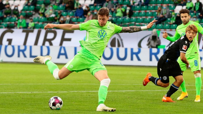 25.10.2020, xtgx, Fussball 1. Bundesliga, VfL Wolfsburg - Arminia Bielefeld emspor, v.l. Wout Weghorst (Wolfsburg, 9) s