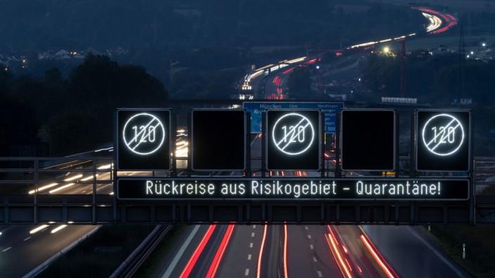 Corona-Risikogebiete: Autobahnanzeige für Rückreisende