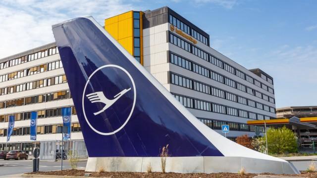 Lufthansa Zentrale Hauptsitz mit Leitwerk Flughafen Frankfurt Frankfurt, Deutschland - 7. April 2020: Lufthansa Zentrale