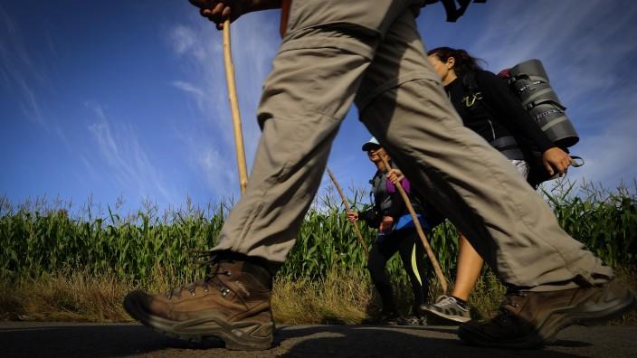 Pilger gehen auf dem Jakobsweg in Spanien.