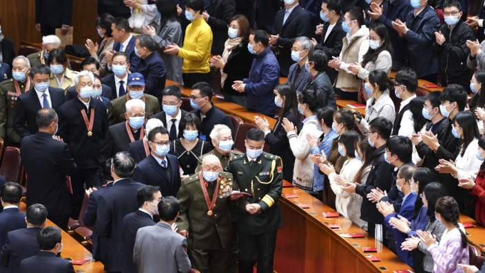 (201023) -- BEIJING, Oct. 23, 2020 -- Chinese People s Volunteers (CPV) veterans enter the venue of the meeting marking