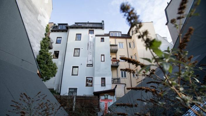 Baulücke nach illegalem Abriss eines denkmalgeschützen Hauses in München, 2020