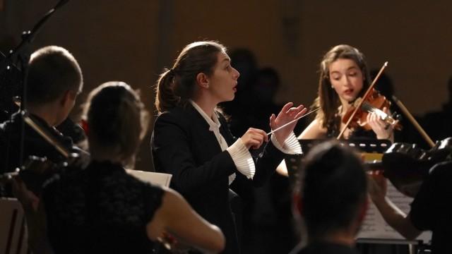 """Anna Isabella Handler, Dirigentin und Pianistin aus Ottobrunn, dirigiert das Ensemble """"Enigma Classica"""" im Oktober 2020 in der Reithalle München."""