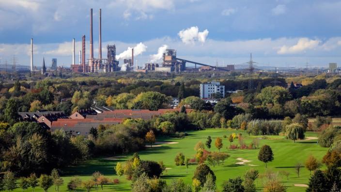 21.10.2019, Oberhausen, Ruhrgebiet, Nordrhein-Westfalen, Deutschland - Industrielandschaft, vorne Golfplatz vom Golfclu