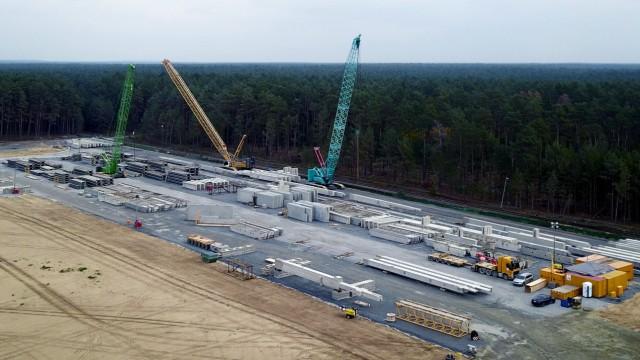 18.10.2020, xlakx, Wirtschaft Automobil, Bau der Tesla Gigafactory - in Gruenheide emspor, v.l.Die Baustelle von TESLA