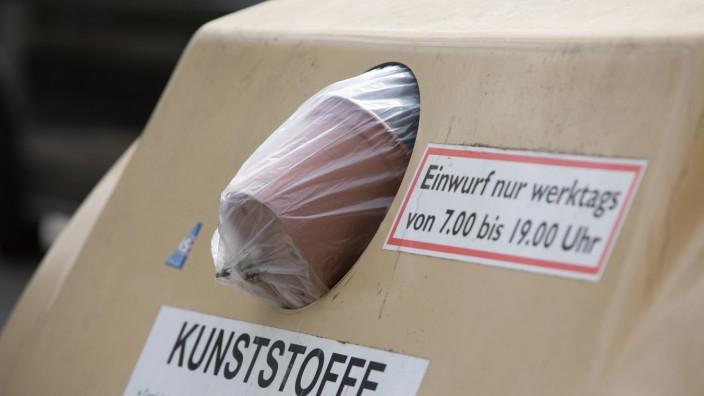 Voller Kunststoff-Container in der Corona-Krise in München, 2020