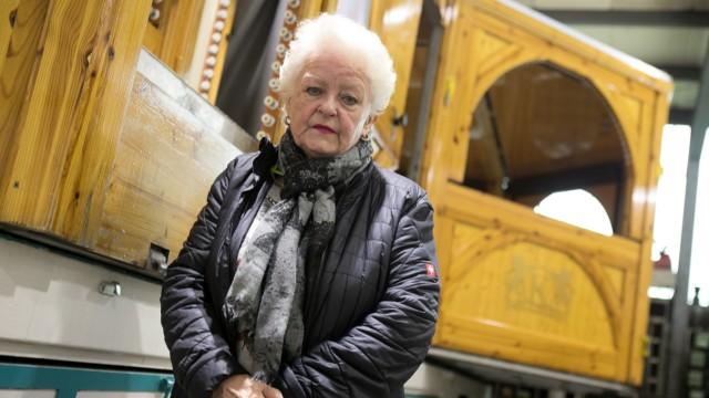 Sylvia Kaiser, eine ältere Dame, die eine Bratwurstbude auf dem Christkindlmarkt hätte