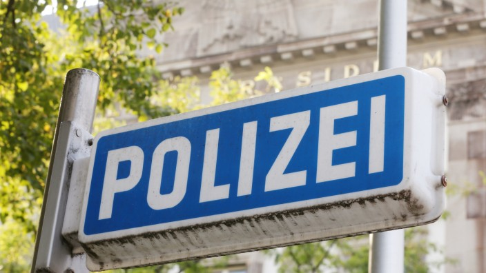"""Auf einem blauen Schild vor der Polizei-Inspektion in Essen steht in weißen Lettern """"Polizei""""."""