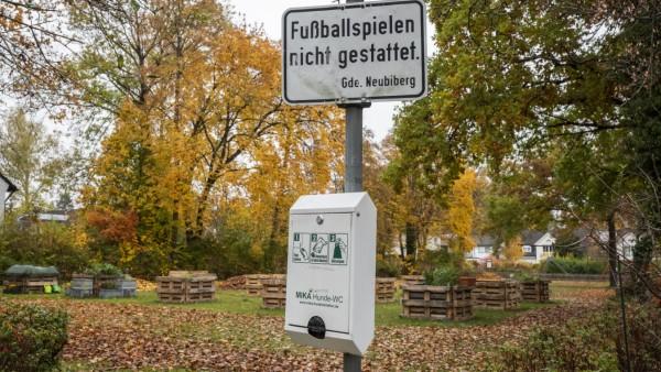 Neubiberg, Elsa-Brandström-Platz, Hochbeete auf der Spielwiese, auf der nicht mehr Fußball gespielt werden darf