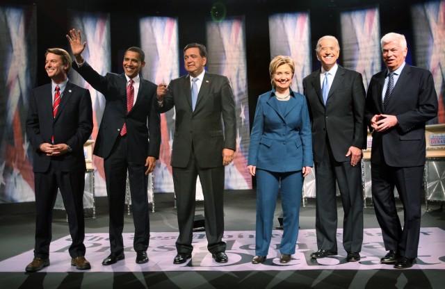 Biden, Clinton, Obama und weitere demokratische Präsidentschaftskandidaten bei einer Vorwahl-Debatte in 2008.