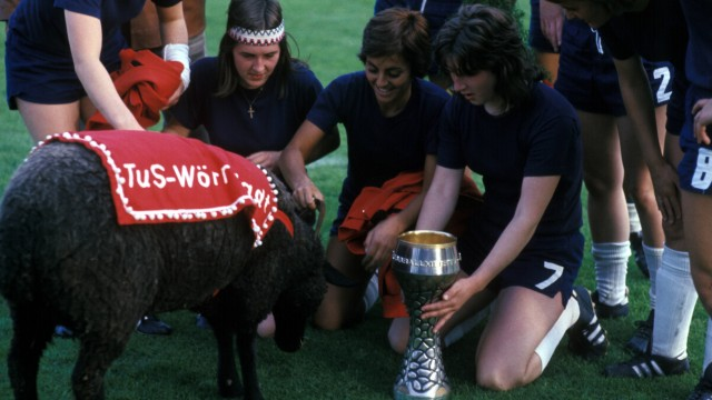 1974 TuS Wörrstadt feiert den Gewinn der erstmals ausgetragenen deutschen Meisterschaft im Frauenfu