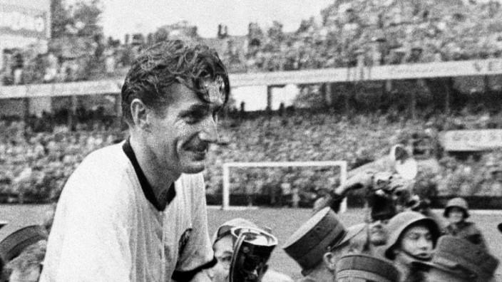 Fussball / Herren / WM Weltmeisterschaft 1954 / Endspiel : Deutschland - Ungarn (3 : 2) : Fritz Walter mit Pokal Fussba; Walter