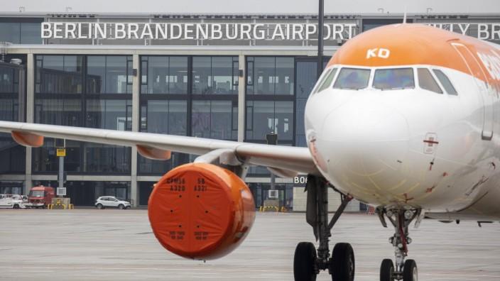 EasyJet Flugzeug auf dem Flughafen Berlin Brandenburg Willy Brandt, BER. Schoenefeld, 31.10.2020 Schoenefeld Deutschlan