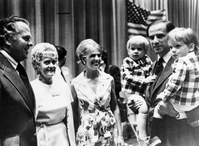 Joe Biden steht mit seiner ersten Frau Neilia kurz nach seiner Wahl im Senat. Auf dem Arm trägt er seine beiden kleinen Söhne Hunter und Beau.