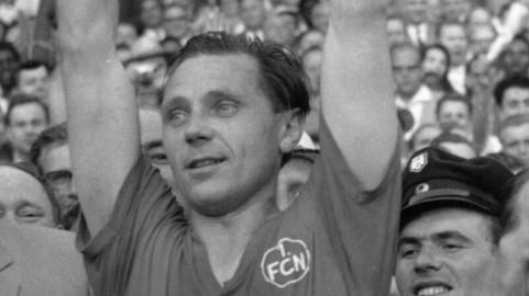 Der 1 FC Nürnberg ist deutscher Meister 1961 Max Morlock mit der Meisterschale li DFB Präsident
