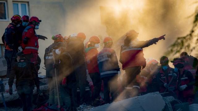 Erdbeben in der Ägäis: Suche nach Überlebenden in Izmir.