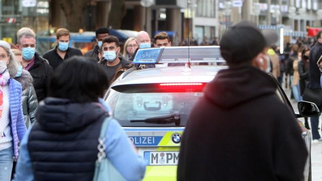 Eine Polizeistreife der Landespolizei Bayern kontrolliert anlässlich der Coronakrise das Maskengebot auf der von Passan