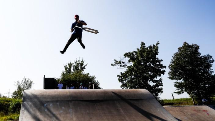 GERMERING:  Rollerfahrer auf dem Skateplatz