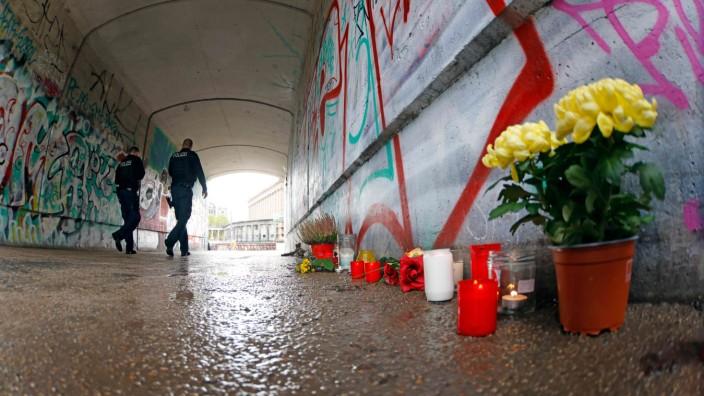 Berlin: Kerzen und Blumen am Tatort nach einem Mord im Monbijoupark