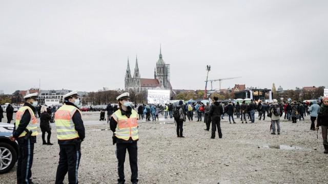 Corona in München: Sogenannte Querdenker demonstrieren auf der Theresienwiese gegen die Corona-Regeln.