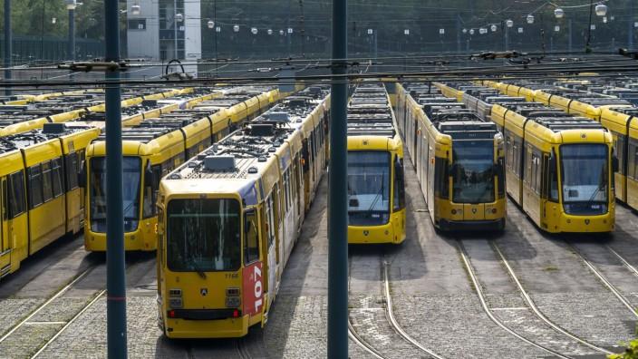 Bus und Strassenbahn Depot der Ruhrbahn in Essen, alle Bahnen sind im Depot geblieben, Verdi Warnstreik im Öffentlichen