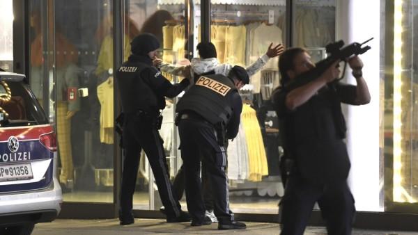Terroranschlag in Wien 2020: Polizisten sichern die Wiener Innenstadt