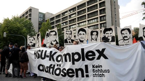 """Das Büdnis """"Kein Schlussstrich"""" hat bei der NSU-Urteilsverkündung im Juli 2018 zu deutschlandweiten Protesten gegen das Urteil aufgerufen."""