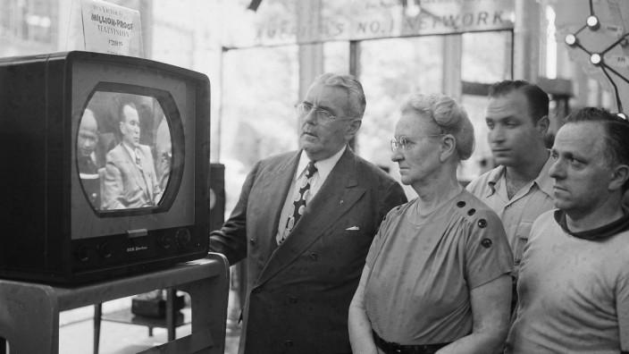 Wirkmacht von Bildern: Menschen vor einem Fernseher in New York sehen sich eine Sitzung des UN-Sicherheitsrates an. Seitdem hat sich einiges an der Art, wie wir Bilder rezipieren, verändert.