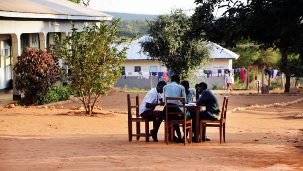 Schüler auf dem Pausenhof in der One World Secondary School Kilimanjaro, Partnerschule des Gymnasiums Neubiberg; Schüler des P-Seminars wollten Überdachungen für den Pausenhof schaffen, wegen Corona konnten sie es nicht umsetzen. Nun sammeln sie Spe