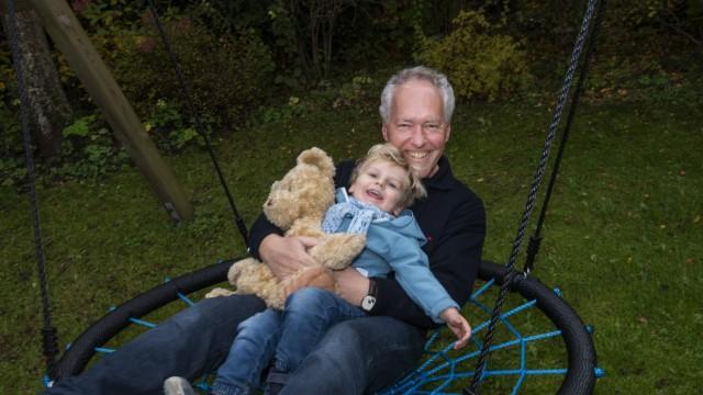 Neubiberg, Günter Heyland, Altbürgermeister ist sichtlich entspannt und genießt seine Rolle als Opa,