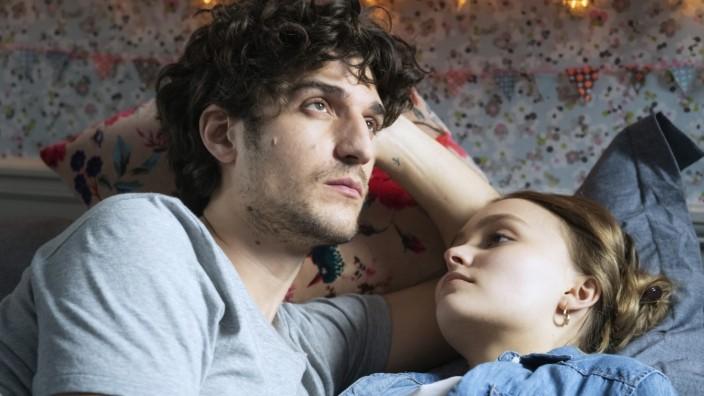 """""""Ein Mann zum Verlieben"""" auf DVD: Louis Garrel und Lily-Rose Depp in """"Ein Mann zum Verlieben""""."""