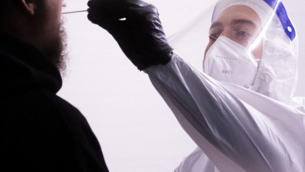 Coronavirus: Ein Mann bei einem Corona-Test