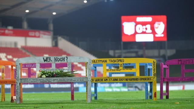 Gedenkbaenke für NSU-Opfer auf dem Rasen, FSV Zwickau vs. Tuerkguecue Muenchen, Fussball, 3. Liga, 04.11.2020 DFL REGUL