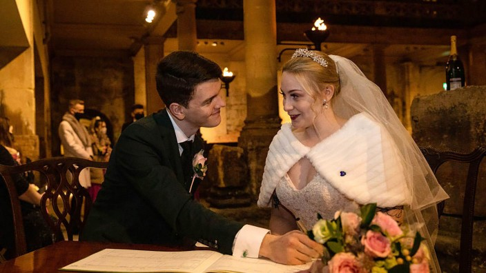 Britisches Paar heißt nach Trauung White-Christmas