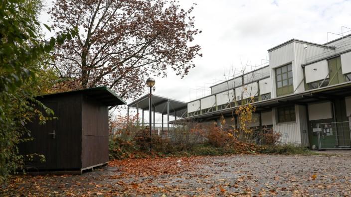 PUCHHEIM:  Holzhütte auf dem Gelände der Asylunterkunft SIEMENSTRASSE