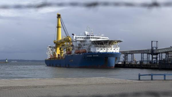Verlegeschiff fuer Nordstream II in Mukran Das russische Pipeline-Verlegeschiff Akademik Cherskiy legt im Faehrhafen Mu