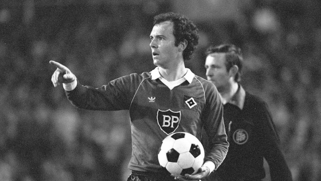 Franz BECKENBAUER HH half figure half figure with ball in one hand pointing with the other Ges;  Beckenbauer