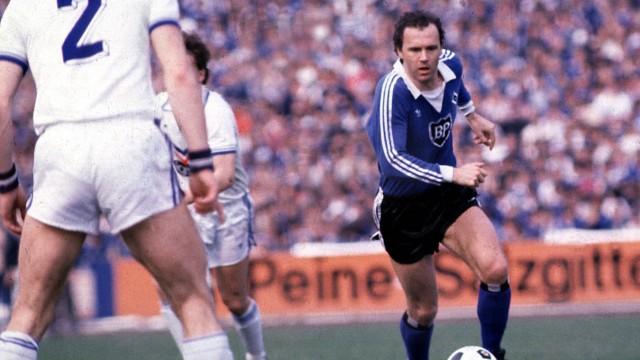 HSV Libero Franz Beckenbauer am Ball;  Beckenbauer
