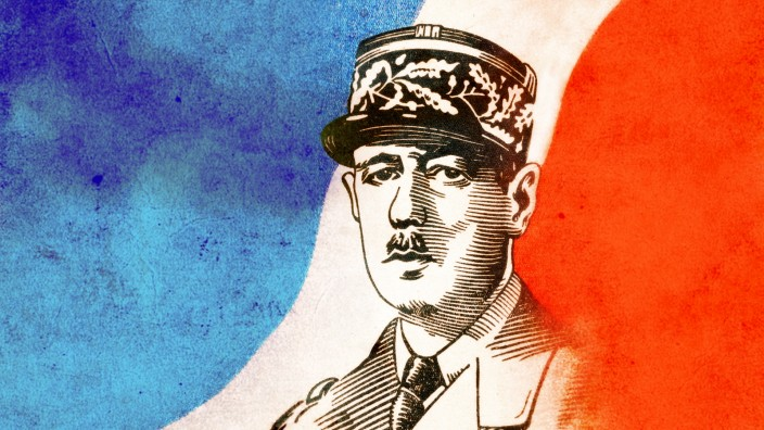 DE GAULLE Charles Portrait de DE GAULLE (1890-1970), drapeau francais en fond. Carte postale vers 1945. Credit : Collect