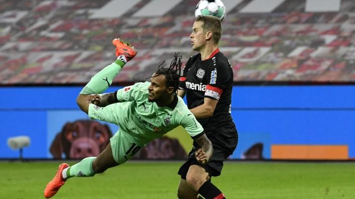 Leverkusen - Gladbach: Per Skorpion-Kick zum Tor: Valentino Lazaro bei seinem Treffer zum 3:4.